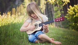 kind met gitaar